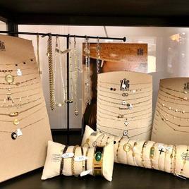 Nouvelles arrivées ! Voici les nouveaux colliers et bracelets de chez @zagbijoux.  Ces bijoux sont en acier hypoallergénique et sont résistants à vie !   #new #newarrivals #bijoux #bracelets #colliers #magasin #instagood #instagram #instadaily #instamoment #instafashion #instamood #instabijoux #instastyle